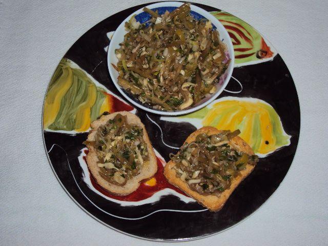 Antepasto de berinjela com alho-poró e provolone