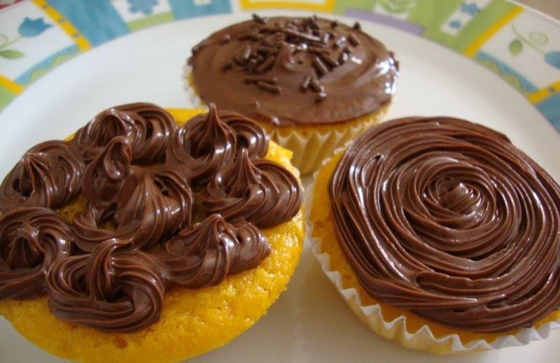 Bolinhos de cenoura com cobertura de ganache de chocolate