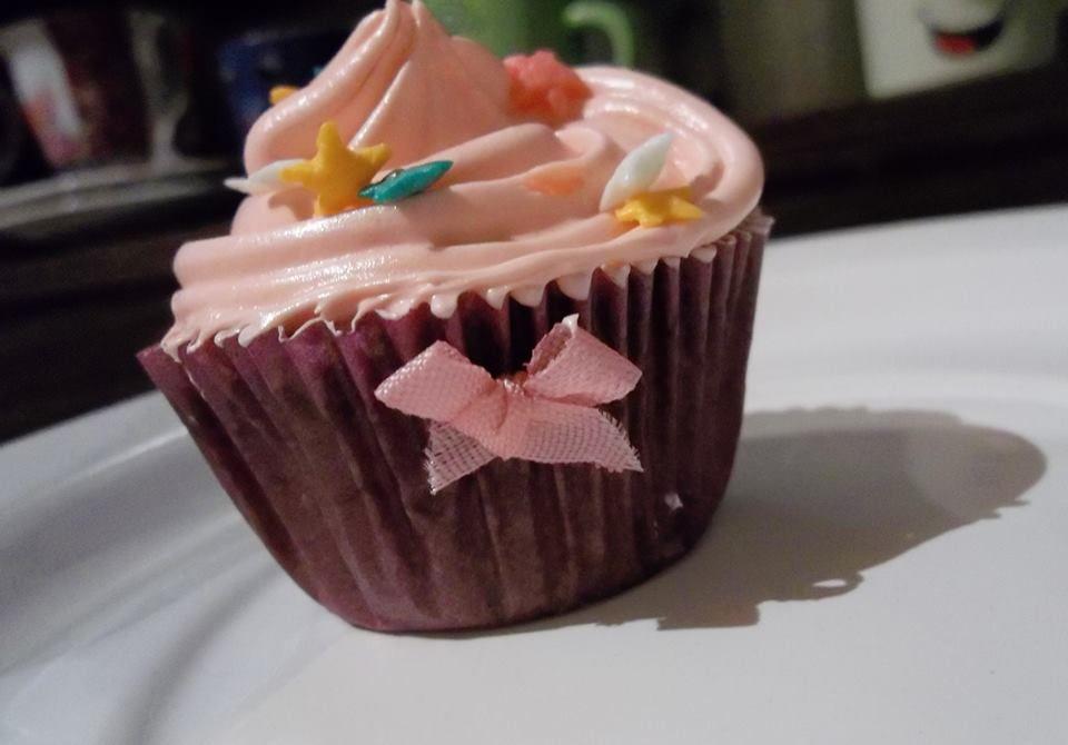 Cupcake de chocolate com cobertura de morango