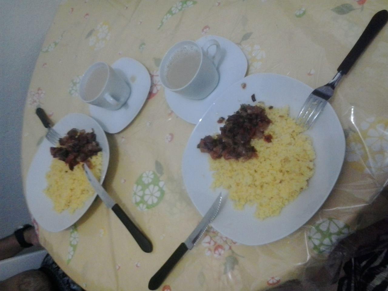 Cuscuz com carne de sol e café com leite