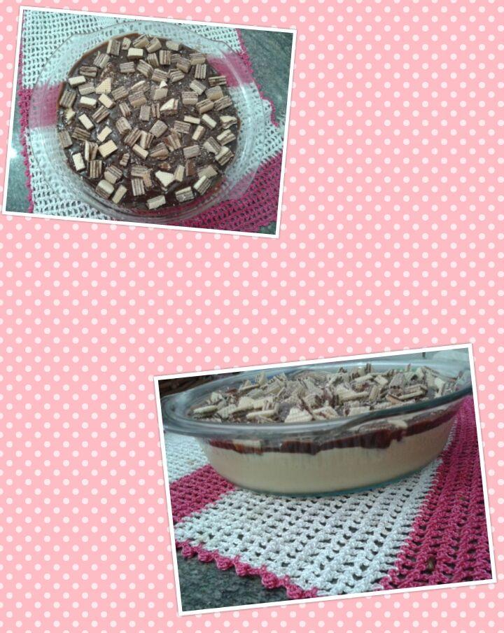 Mousse de maracujá com cobertura de chocolate com bolacha waffer