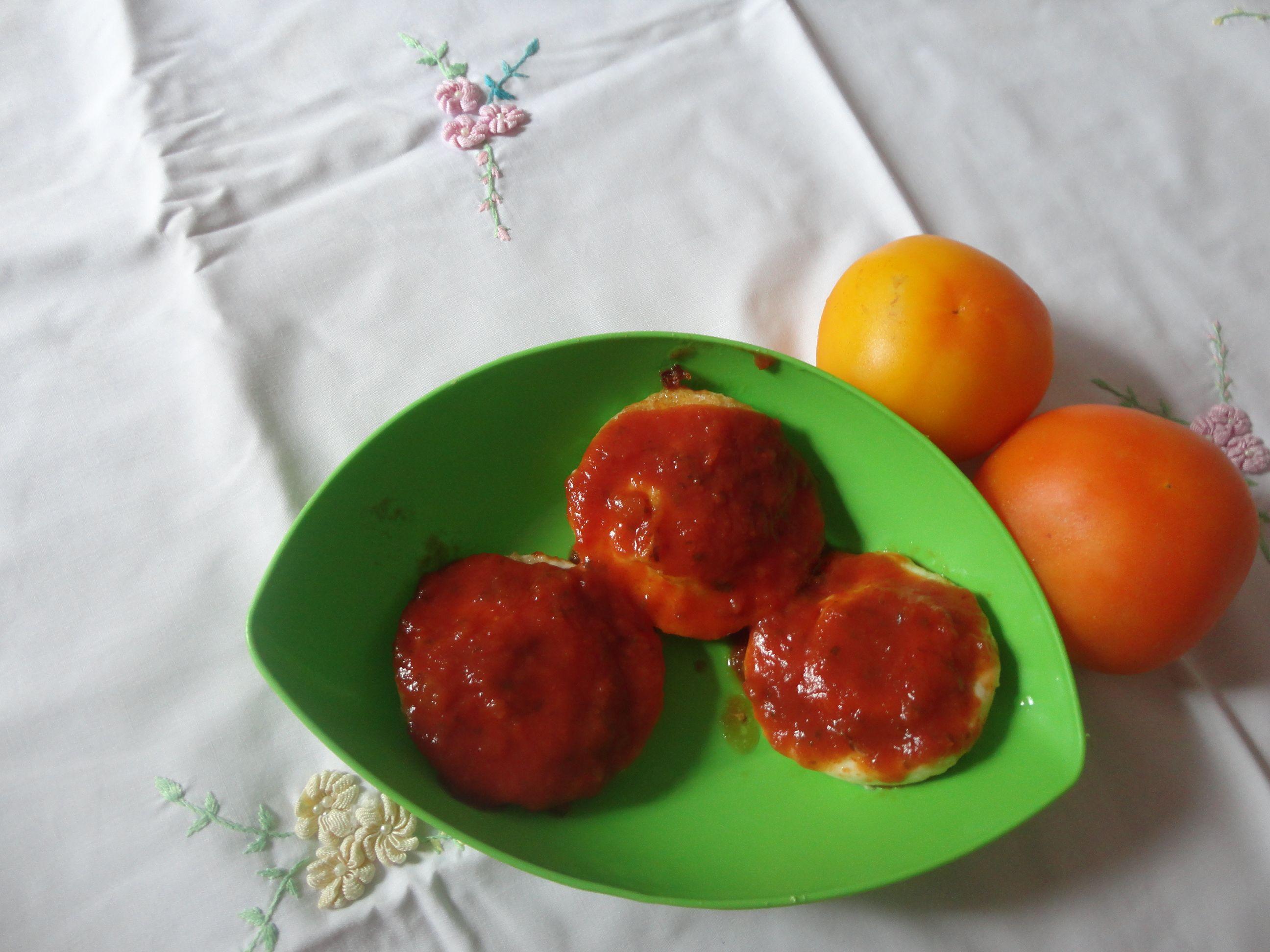 Ovos de micro-ondas gratinados ao molho de tomate