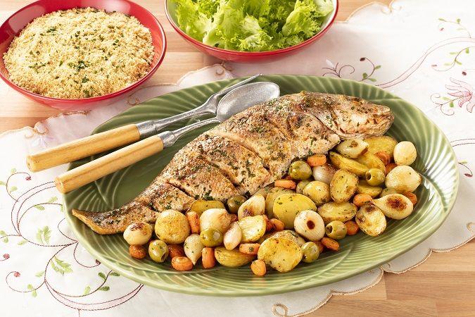 Peixe assado com legumes e molho de coentro