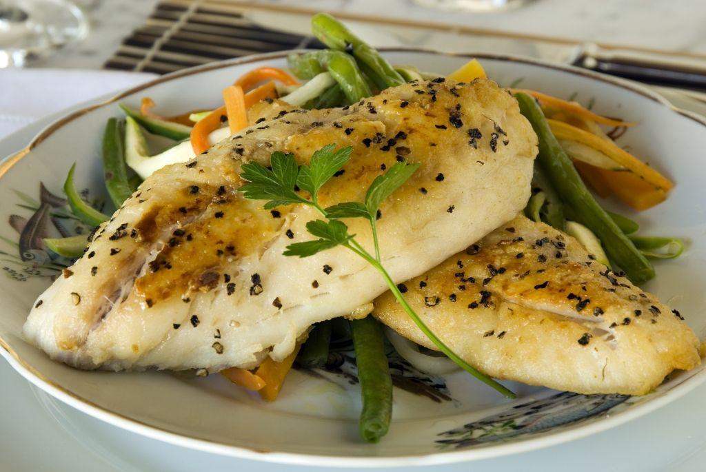 Peixe grelhado com legumes Julienne (Hotel Vila Naiá)