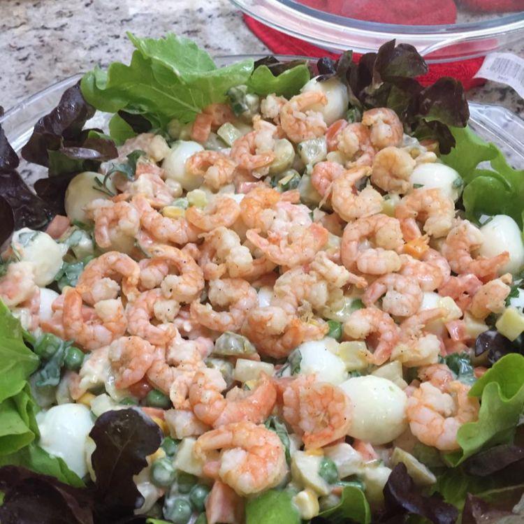 Salada de camarão rosa