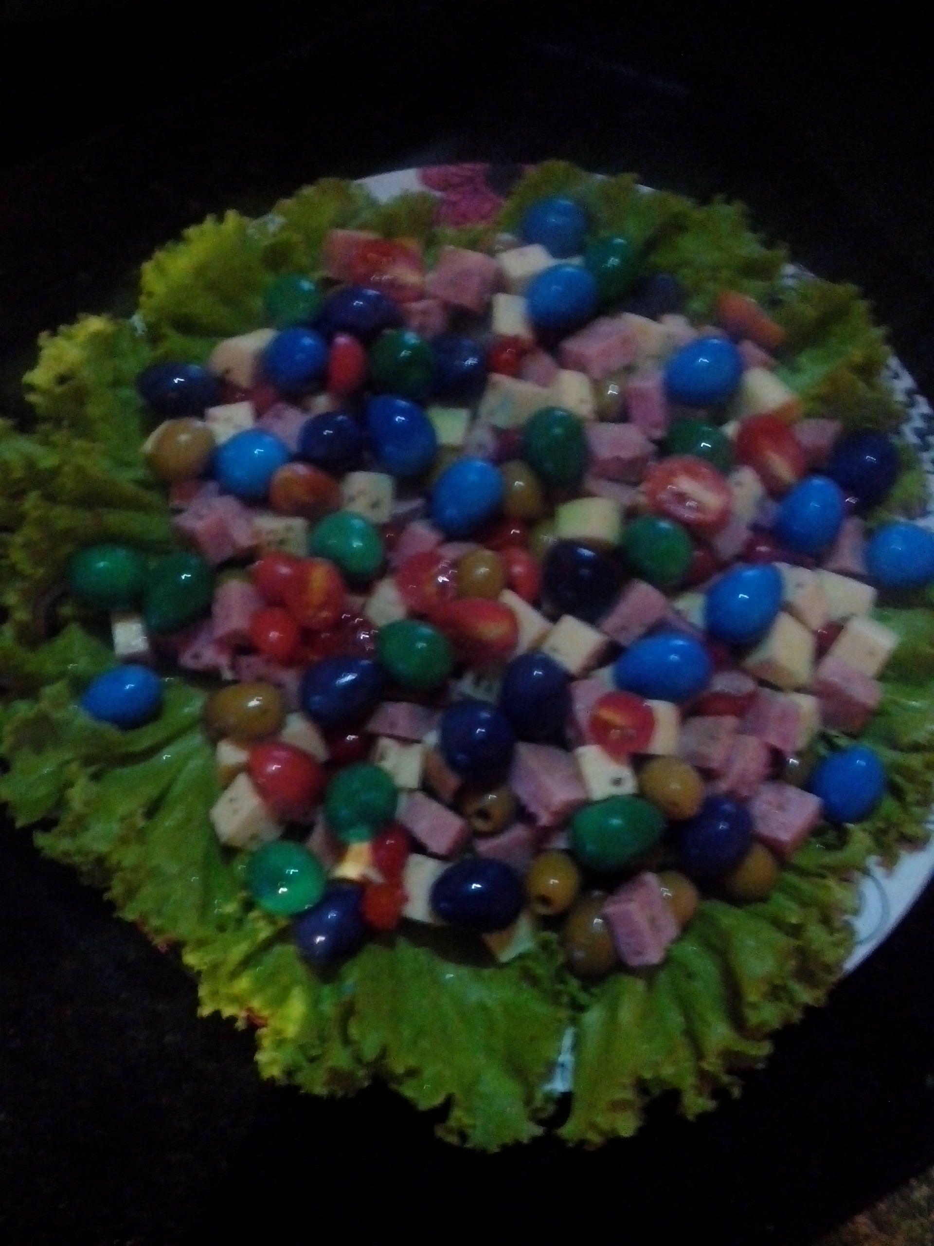 Salada fria com ovos coloridos