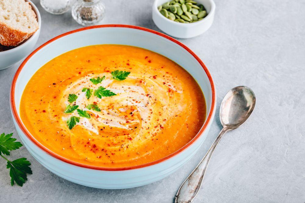 Sopa de cenoura com tomate e manjericão