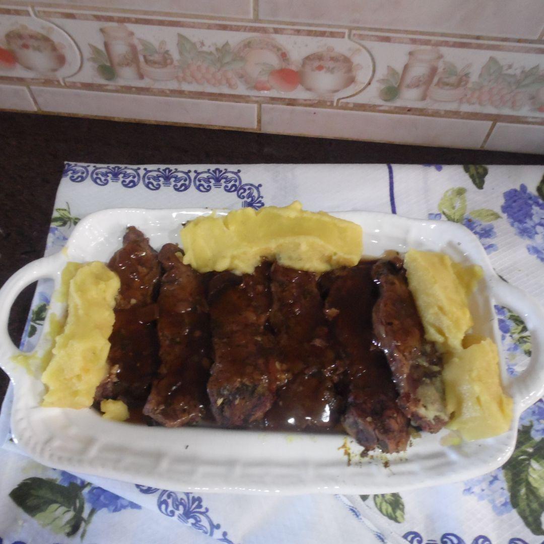 Steak sauce sur du bois
