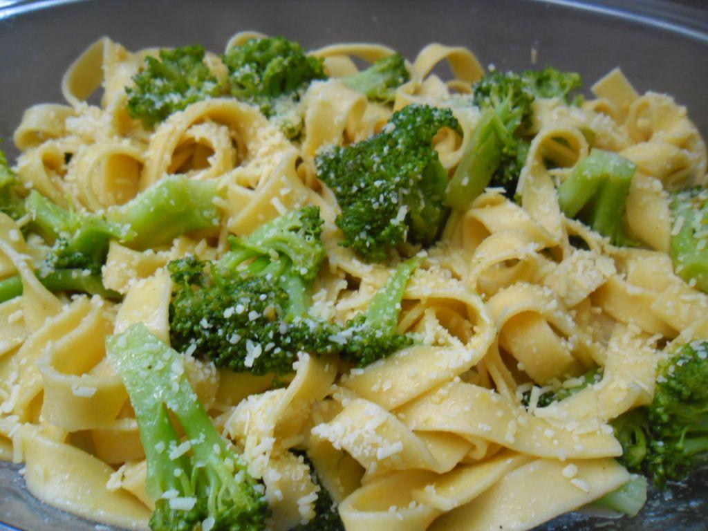 Talharim ao brócolis com alho e óleo