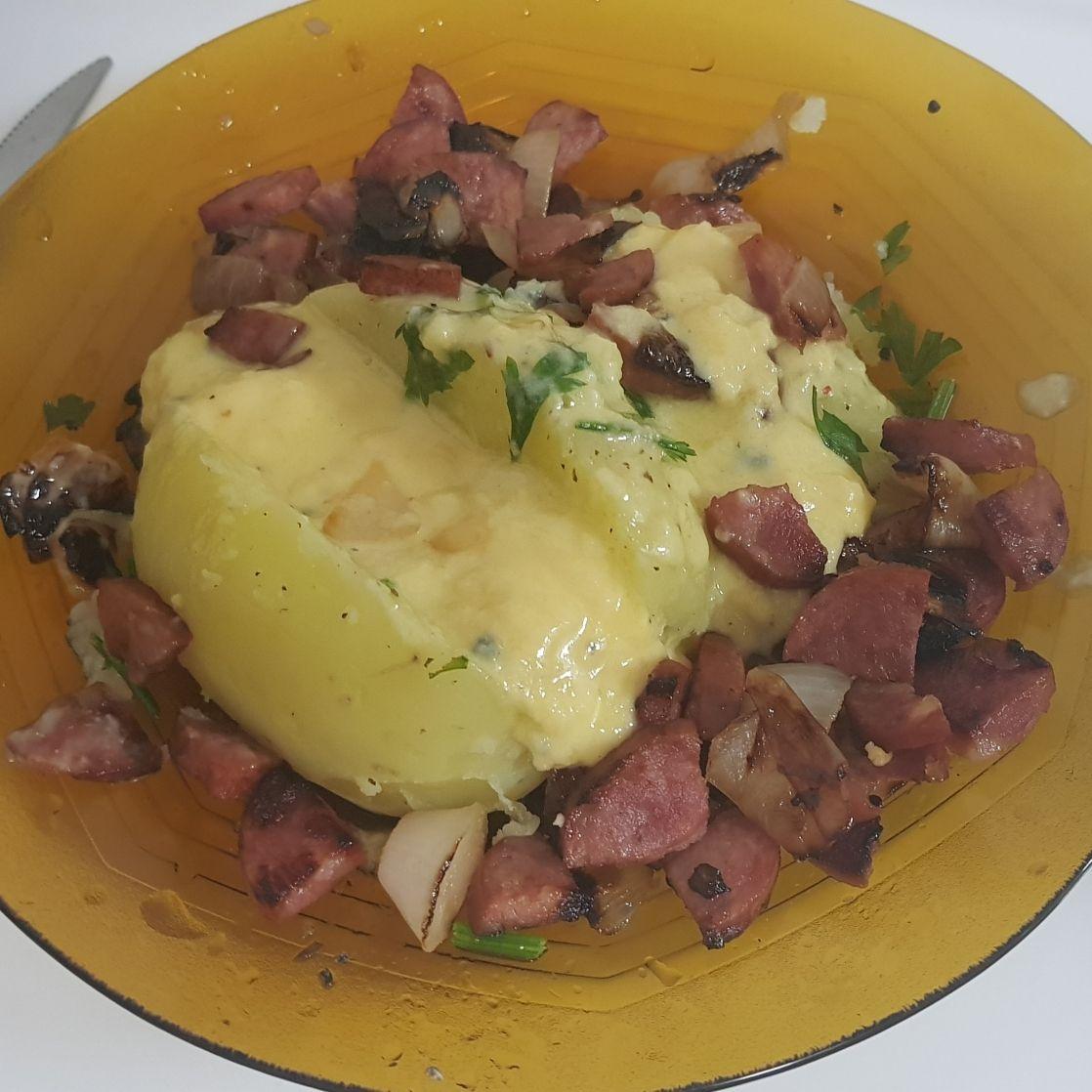 Batata e queijo com linguiça